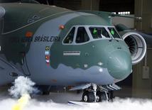 Apresentação do primeiro protótipo do cargueiro KC-390 da Embraer em Gavião Peitoxo, em outubro de 2014. REUTERS/Paulo Whitaker (BRAZIL - Tags: TRANSPORT BUSINESS MILITARY)