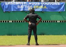 Segurança de estádio observa faixa contra disseminação do Ebola durante elimanatórias entre Camarões e Costa do Marfim para CAF, no estádio Felix Houphouet Boigny, em Abidjan.  19/11/2014 REUTERS/Luc Gnago