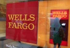 La banque américaine Wells Fargo, numéro un du crédit immobilier aux Etats-Unis, a fait état mercredi d'un bénéfice en légère hausse au quatrième trimestre 2014. /Photo d'archives/REUTERS/Shannon Stapleton