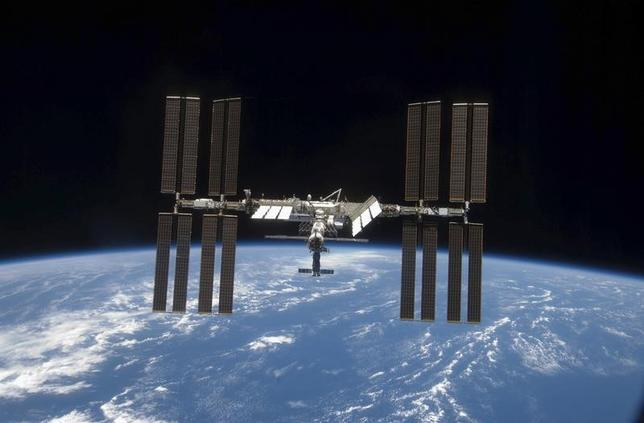 The International Space Station is seen with its full complement of solar arrays from the Space Shuttle Discovery during the STS-119 mission against a backdrop of the blackness of space and the Earth's horizon, in this image released by NASA March 28, 2009.       REUTERS/NASA