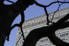 El logo de JPMorgan en sus oficinas en Canary Wharf, Londres. Imagen de archivo, 28 enero, 2014. JPMorgan Chase & Co, el mayor banco de Estados Unidos por activos, reportó el miércoles una caída de 6,6 por ciento en sus ganancias trimestrales, golpeado por unos costos legales de casi 1.000 millones de dólares y un descenso de los ingresos procedentes de las operaciones de renta fija. REUTERS/Simon Newman