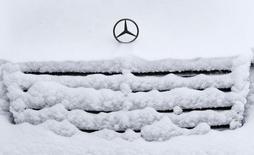 Автомобиль Mercedes-Benz во время сильного снегопада в Москве 11 января 2015 года. Продажи легковых и легких коммерческих автомобилей в РФ в 2014 году снизились на 10,3 процента до 2,49 миллиона штук , сообщила в четверг Ассоциация европейского бизнеса (АЕБ), объединяющая работающих в РФ автопроизводителей. REUTERS/Sergei Karpukhin