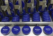 Beiersdorf, le groupe allemand propriétaire de la marque Nivea, grimpe en Bourse de Francfort jeudi après avoir fait état d'un chiffre d'affaires 2014 légèrement meilleur que prévu et confirmé son objectif de bénéfice sur l'année. /Photo d'archives/REUTERS/Fabian Bimmer