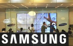 Clientes dentro de un local comercial de Samsung en Jakarta. Imagen de archivo, 11 abril, 2014. Con una oferta por la canadiense BlackBerry, el gigante sudcoreano Samsung Electronics podría estar reconociendo que se le agotaron las opciones internas para revertir la baja en sus ganancias y para proteger su menguante liderazgo en el mercado de teléfonos inteligentes. REUTERS/Beawiharta