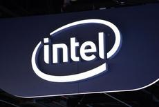 Логотип Intel на стенде компании на  International Consumer Electronics show в Лас-Вегасе 6 января 2015 года. Квартальный прогноз прибыли и валовой маржи производителя чипов Intel Corp разочаровал инвесторов, на продленных торгах отправив акции компании в минус на 2,7 процента. REUTERS/Rick Wilking