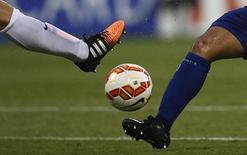 Футболисты борются за мяч в матче Кубка Азии между сборными Южной Кореи и Кувейта. Канберра, 13 января 2015 года. REUTERS/Tim Wimborne