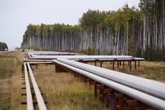 Нефтепровод у месторождения в Канаде. 17 сентября 2014 года. Международное энергетическое агентство (IEA) значительно снизило прогноз роста добычи нефти в странах, не входящих в ОПЕК, в 2015 году с учетом падения цен на нефть. REUTERS/Todd Korol