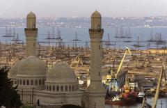 Мечеть Биби-Эйбат и нефтяные вышки в Каспийском море в Баку. 20 мая 2002 года. Богатый энергоресурсами Азербайджан может лишиться почти половины доходов в 2015 году и пересмотреть прогноз экономического роста на уровне 4,4 процента, если мировые цены на нефть будет держаться в пределах $40 за баррель, считают аналитики. REUTERS/Shamil Zhumatov