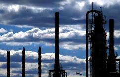 НПЗ в пригороде Сиднея. 6 августа 2004 года. Цены на нефть Brent приблизились к $50 за баррель после прогноза Международного энергетического агентства (IEA), что тенденция рынка к снижению прекратится. REUTERS/Tim Wimborne