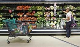Imagen de archivo en la que una mujer selecciona verduras en un supermercado en Sintra, Portugal, el 12 de agosto de 2011. Los precios al consumidor en la zona euro bajaron en diciembre por primera vez desde el 2009, informó el viernes la oficina de estadísticas de la Unión Europea, un dato clave para la reunión de política monetaria del Banco Central Europeo de la semana próxima, cuando analistas prevén que la entidad comenzará a imprimir dinero. REUTERS/Jose Manuel Ribeiro