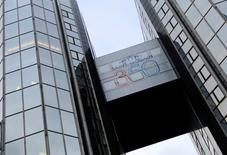 Saint-Gobain, qui s'apprête à lancer le processus de cession de sa filiale d'emballages en verre Verallia, à suivre lundi à la Bourse de Paris. /Photo prise le 8 décembre 2014/REUTERS/Jacky Naegelen