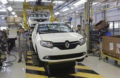 Renault prévoit une nouvelle hausse de ses ventes mondiales en 2015 grâce à plusieurs lancements en Europe et en Inde susceptibles de compenser les incertitudes persistantes dans certains marchés émergents importants pour le groupe. /Photo prise le 10 novembre 2014/REUTERS/Louafi Larbi