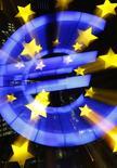 El signo del euro visto en las afueras del Banco Central Europeo en Fráncfort. Imagen de archivo, 8 enero, 2015. El Banco Central Europeo anunciará un programa de compras de bonos soberanos por 600.000 millones de euros esta semana, dijeron operadores de mercados cambiarios consultados por Reuters, aunque los expertos consultados también creen que eso no será suficiente para acelerar la inflación hacia la meta oficial.  REUTERS/Kai Pfaffenbach