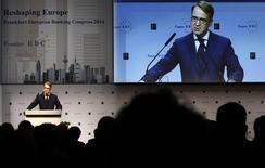 Le président de la Bundesbank, la banque centrale allemande, Jens Weidmann. Selon des sources proches des débats, la Bundesbank poursuit ses manoeuvres pour tenter de limiter le montant des achats de dettes de la Banque centrale européenne (BCE), ce qui pourrait conduire celle-ci à ne dévoiler jeudi qu'un projet édulcoré ou à repousser la présentation de certains volets clés. /Photo prise le 21 novembre 2014/REUTERS/Kai Pfaffenbach
