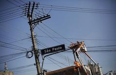 Técnico da Eletropaulo trabalha num poste de energia elétrica no centro de São Paulo em abril do ano passado. 08/04/2014 REUTERS/Nacho Doce