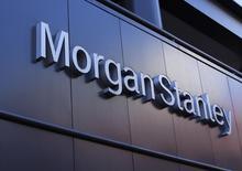 El logo corporativo de Morgan Stanley  fotografiado en su edificio en San Diego. Imagen de archivo, 24 septiembre, 2013. El banco Morgan Stanley reportó el martes un alza en sus ganancias trimestrales debido a una fuerte caída en los costos legales que contrarrestó un gran descenso en los ingresos de su división que comercializa bonos, divisas y materias primas. REUTERS/Mike Blake