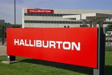 El logo de la compañía Halliburton en sus oficinas corporativas en Houston, Texas. Imagen de archivo, 6 abril, 2012. Los proveedores de servicios petroleros Baker Hughes y Halliburton planean recortar miles de puestos de trabajo porque la actividad de perforación disminuye ante una fuerte caída de los precios del crudo.   REUTERS/Richard Carson