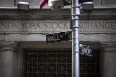 Un signo de Wall Street en las afueras de la bolsa de Nueva York. Imagen de archivo, 4 febrero, 2014. Las acciones estadounidenses bajaban el martes después de que el Fondo Monetario Internacional redujo su pronóstico de crecimiento global para 2015 y 2016, aunque el informe alentó expectativas de que los grandes bancos centrales aplicarán políticas más expansivas para impulsar a sus economías. REUTERS/Brendan McDermid