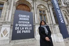 """Prefeita de Paris, Anne Hidalgo, posa ao lado de um banner que diz """"Charlie Hebdo, cidadão honorário de Paris"""", em frente à Prefeitura de Paris, na França, no início do mês. 09/01/2015 REUTERS/Jacky Naegelen"""