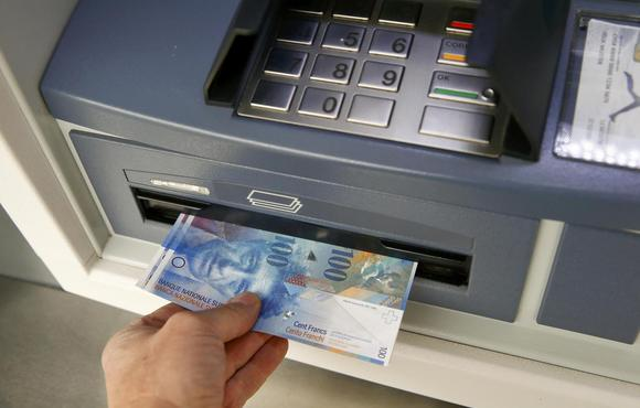 Swiss 100 franc bank notes are withdrawn from an ATM in the northern Swiss town of Kreuzlingen in this picture illustration, January 16, 2015. REUTERS/Arnd Wiegmann