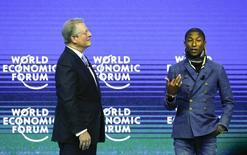 El ex vicepresidente estadounidense Al Gore y el cantante Pharrell Williams durante un evento realizado en Davos, 21 enero, 2015. Un concierto de Live Earth en demanda de acciones contra el cambio climático se realizará el 18 de junio en los siete continentes, incluida la Antártida, anunciaron el miércoles el ex presidente estadounidense Al Gore y la estrella del pop Pharrell Williams. REUTERS/Ruben Sprich