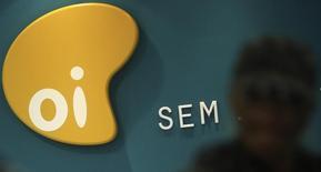 El logo de la brasileña Oi vista en el interior de un local comercial en Sao Paulo. Imagen de archivo, 2 octubre, 2015. Las acciones de Portugal Telecom trepaban un 13 por ciento en las primeras operaciones del jueves, antes de una importante votación de sus accionistas para decidir si aprueban la venta de sus antiguas operaciones por parte de su socio fusionado, la brasileña Oi, cuyos títulos se disparaban hasta 20 por ciento.  REUTERS/Nacho Doce