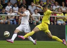 Zagueiro brasileiro Gabriel Paulista, do Villareal, marca Gareth Bale, do Real Madrid, em jogo do Campeonato Espanhol. 27/09/2014 REUTERS/Heino Kalis