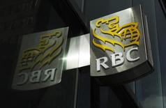 La Banque royale du Canada (RBC) rachète la banque privée américaine City National, une opération de 5,4 milliards de dollars (4,6 milliards d'euros) qui vise à renforcer le groupe aux Etats-Unis. /Photo d'archives/REUTERS/Mark Blinch