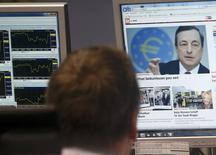 A la Bourse de Francfort. Les Bourses européennes ont accéléré leur hausse jeudi en début d'après-midi après les propos de Mario Draghi, le président de la Banque centrale européenne (BCE), annonçant un plan de rachat d'actifs de 60 milliards d'euros par mois jusqu'à la fin septembre 2016 par l'institution. /Photo prise le 22 janvier 2015/REUTERS/Ralph Orlowski