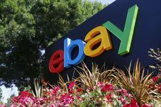 El logo de eBay visto en las afueras de sus oficinas en San Jose, California. Imagen de archivo, 28 mayo, 2014.  La compañía de comercio electrónico EBay Inc planea reducir su plantilla en un 7 por ciento, o en 2.400 puestos de trabajo, este trimestre y está explorando la venta u oferta pública de acciones de su unidad de empresas, mientras se prepara la escisión de su filial de pagos PayPal. REUTERS/Beck Diefenbach