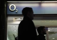 People pass an O2 store in central London November 24, 2014. REUTERS/Luke MacGregor