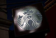 Starbucks a rassuré les investisseurs en faisant état jeudi soir d'une légère progression du trafic dans ses établissements d'Amérique du Nord pendant le trimestre de Noël. L'action de la chaîne de cafés s'adjuge 5% à 86,88 dollars en avant-Bourse. /Photo d'archives/REUTERS/Eric Thayer