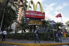 McDonald's annonce une baisse de 7,3% de son chiffre d'affaires au quatrième trimestre, un scandale sanitaire en Chine ayant continué de peser sur son activité tandis que la concurrence s'intensifiait aux Etats-Unis. /Photo prise le 6 janvier 2015/REUTERS/Carlos Garcia Rawlins