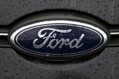 El logo de Ford es fotografiado en una planta de la compañía en Genk. Imagen de archivo, 17 diciembre, 2014. Ford Motor Co dijo que un cargo relacionado con sus operaciones en Venezuela reduciría sus ganancias del cuarto trimestre en unos 700 millones de dólares, netos tras beneficios por impuestos diferidos. REUTERS/Francois Lenoir