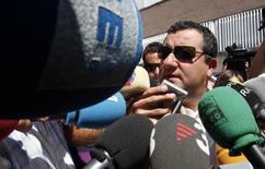 Mino Raiola, empresário de jogadores, conversa com jornalistas em Barcelona.  26/08/10 REUTERS/Albert Gea