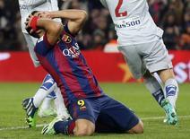Atacante Luis Suárez, do Barcelona, lamenta após perder gol durante partida contra o Atlético de Madri pela Copa do Rei. 21/01/2015 REUTERS/Albert Gea