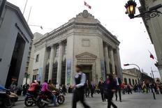 Personas caminan frente al edificio del Banco Central de Perú en el centro de Lima. Imagen de archivo, 26 agosto, 2014.  El Banco Central de Perú recortó su estimación de crecimiento económico para este año y proyectó un mayor déficit fiscal, mostró el viernes su reporte trimestral. REUTERS/Enrique Castro-Mendivil