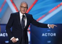 """La sátira del negocio del espectáculo """"Birdman"""" tomó ventaja en lo que promete ser una competida carrera hacia el Óscar a la mejor película al hacerse con el máximo galardón de los productores de Hollywood el sábado. En la imagen, el protagonista, Michael Keaton, durante la ceremonia del Annual Critics' Choice Movie Awards en Los Ángeles el 15 de enero de 2015.  REUTERS/Mario Anzuoni"""