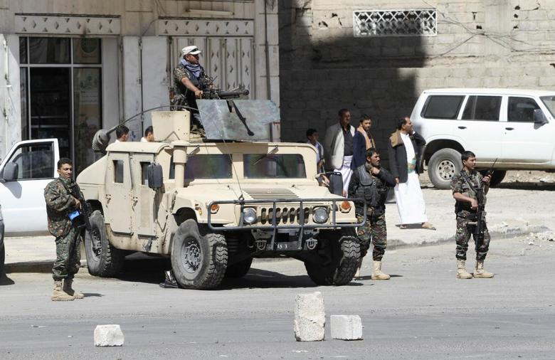 Soldiers are seen near the house of Yemen's President Abd-Rabbu Mansour Hadi in Sanaa January 24, 2015. REUTERS/Mohamed al-Sayaghi