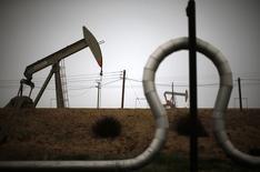 Станки-качалки под Бейкерсфилдом, Калифорния 17 января 2015 года. Цены на нефть снижаются вслед за евро после объявления итогов парламентских выборов в Греции, прошедших в воскресенье. REUTERS/Lucy Nicholson