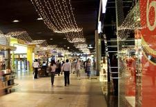 Покупатели в торговом центре Dubai Mall. Дубай, 3 июня 2012 года. Столкнувшиеся с обвалом национальной валюты российские покупатели решили в нынешнем году не ехать за покупками в Дубай, свидетельствуют данные туроператоров. REUTERS/Ghazal Watfa
