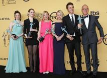 """Elenco de """"Birdman"""" posa com prêmio SAG em Los Angeles. 25/01/2015  REUTERS/Mike Blake"""