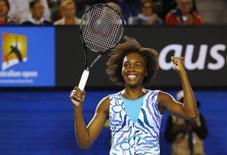 Tenista norte-americana Venus Williams comemora vitória sobre polonesa Agnieszka Radwanska no Aberto da Austrália. 26/01/2015 REUTERS/Issei Kato