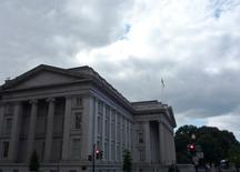 El edificio del Departamento del Tesoro en Washington, sep 29 2008. Los precios de la deuda estadounidense a largo plazo caían el lunes tras una breve alza registrada más temprano en el día que llevó al rendimiento del bono a 30 años a mínimos históricos, debido a que los inversores se inquietaron por el Gobierno de izquierda que asumió en Grecia tras las elecciones.    REUTERS/Jim Bourg