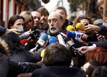 Especialista forense Francisco Etxeberria fala a repórteres no lado de fora do convento Trinitarian, em Madri, na Espanha, nesta segunda-feira. 26/01/2015 REUTERS/Sergio Perez  (SPAIN - Tags: RELIGION SOCIETY)