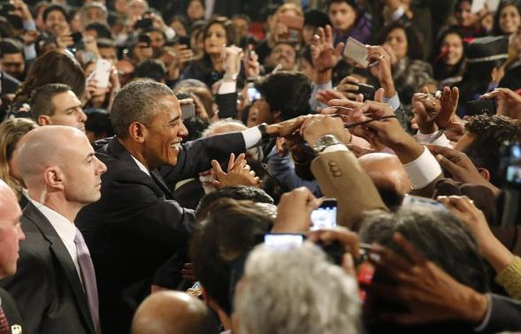 U.S. President Barack Obama shakes hands with the crowd after delivering a speech at Siri Fort Auditorium in New Delhi January 27, 2015. REUTERS-Jim Bourg