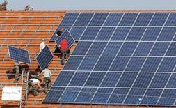 SMA Solar, leader de l'énergie solaire en Allemagne, a porté à 1.600 environ, soit le tiers de ses effectifs, le nombre d'emplois qu'il compte supprimer et ne renouera sans doute pas avec la rentabilité cette année en raison d'une baisse de la demande persistante en Europe. /Photo d'archives/REUTERS/Michaela Rehle