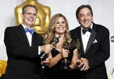 "Chris Buck (L), Jennifer Lee and Peter Del Vecho pose with their awards for best animated feature film for ""Frozen"" at the 86th Academy Awards in Hollywood, California March 2, 2014.  REUTERS/Mario Anzuoni"