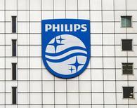 Imagen de archivo del logo de Philips en la sede de la compañía en Amsterdam. 28 enero, 2014. Philips reportó el martes unas ganancias en el cuarto trimestre en línea con unas expectativas rebajadas, y dijo que espera nuevos costos de reestructuración este año y que incumplirá los objetivos de ventas y ganancias a largo plazo en un 1 por ciento. REUTERS/Toussaint Kluiters