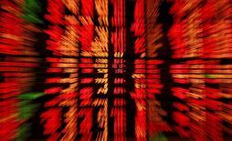 Les Bourses européennes sont dans le rouge mardi à mi-séance après huit séances de hausse d'affilée, les marchés étant déstabilisés par l'alternance politique en Grèce mais aussi par les résultats décevants de poids lourds comme Siemens, Ericsson et Philips. À Paris, l'indice CAC 40 se repliait de 1,02% vers 12h40. À Francfort, le Dax reculait de 1,03% et à Londres, le FTSE cédait 0,5%. /Photo d'archives/REUTERS/Chaiwat Subprasom